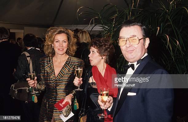 Ernst Hilbich mit Lebensgefährtin Lotti Krekel Gaby Dohm Gala zur RTLSerie Die große Freihiet Schauspieler Komiker Schauspielerin Brille Glas Getränk