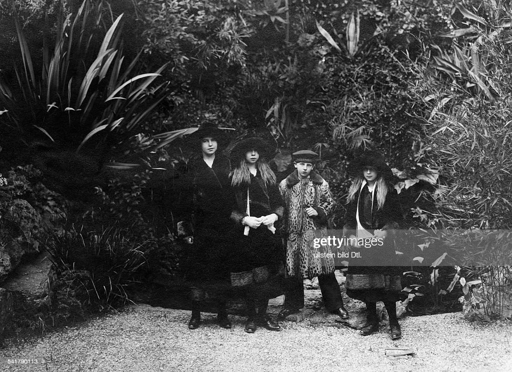 Ernst II, Fuerst zu Hohenlohe-Langenburg: his daughters Princess Marie, Alexandra, and Irma, in the center: Prince Nicholas of Romania - Published by: 'Dame' 11/1914Vintage property of ullstein bild : News Photo
