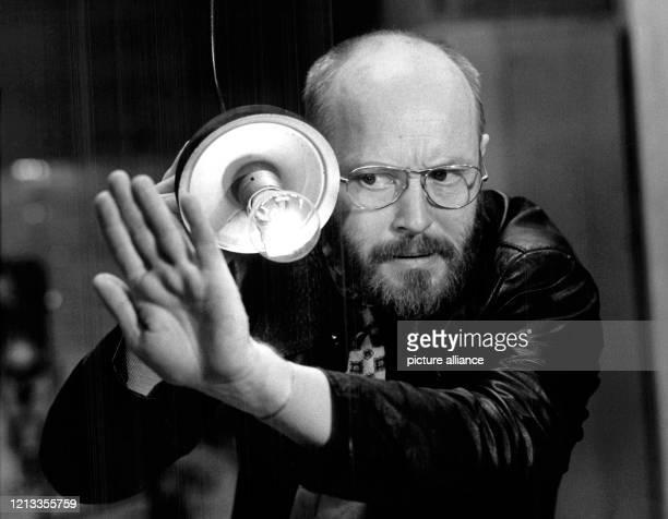 """Ernst Jacobi in der Rolle des """"AA"""" am in dem Zwei-Personen-Stück """"Emigranten"""". Jacobi kann am 11.7.2003 seinen 70. Geburtstag feiern. Jacobi, bekannt..."""
