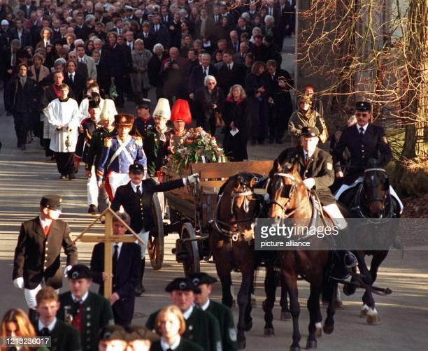 Ernst Jüngers Sarg wird am 21.2.1998 von einem Pferdegespann zur Beisetzung auf den Wilflinger Friedhof gebracht. Rund 2000 Menschen nahmen von dem...