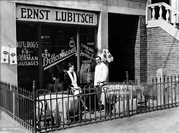 Ernst Lubitsch Regisseur Schauspieler D mit Ehefrau Leni vor einem Restaurant mit deutschen Speisen in Hollywood 1926