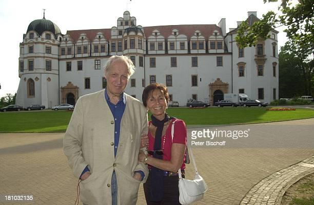 Ernst Stankovski, Ehefrau Anna-Luise, , Celle, Frau, Halstuch, Sonnenbrille, Schauspieler, Promis, Prominenter, Schloss, Handtasche, Tasche;P-Nr.:...