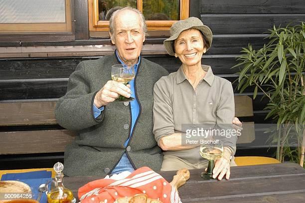 Ernst Stankovski, Ehefrau Anna-Luise Stankovski, Ferienhaus in Klosterneuburg bei Wien/Österreich, , Musiker, Schauspieler, Getränk, Glas, Wein,...