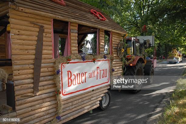 Erntewagen von 'Die Bergedorfer' beim ErntefestUmzug Worpswede Teufelsmoor Niedersachsen Deutschland Europa Künstlerkolonie Künstlerdorf Trecker...