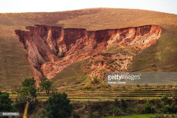 eroded hill-side - erosionado fotografías e imágenes de stock