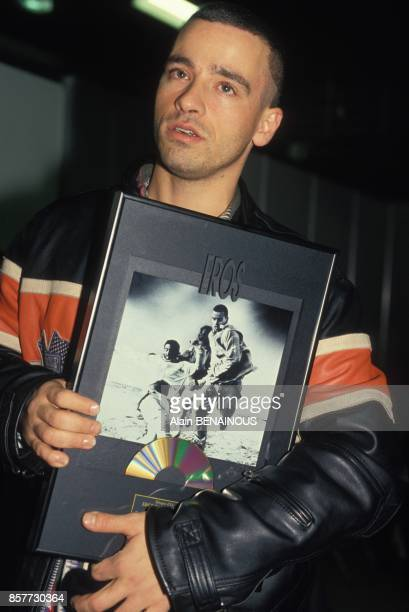 Eros Ramazzotti recoit un disque d'or le 10 decembre 1993 a Paris France