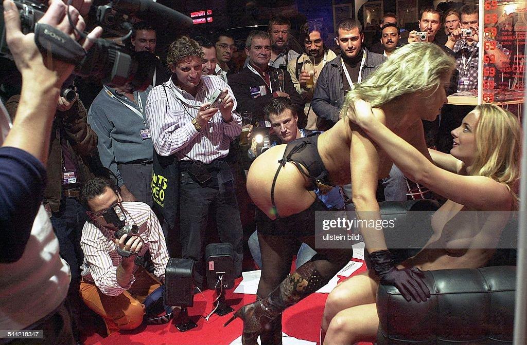 Junge Frauen Posieren In Erotischen Dessous Vor Fotografen Und