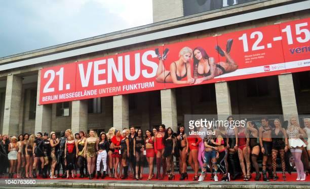 Erotikdarstellerinnen uund Erotikdarsteller eröffnen die Erotikmesse Venus auf dem Messegelände in Berlin Charlottenburg Die SexMesse geht bis zum