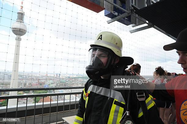 Erschöpfte Feuerwehrmänner beim Zieleinlauf des 4 Berliner Firefighter Stairrun auf dem Dach des Park InnHotels am Alexanderplatz in Berlin