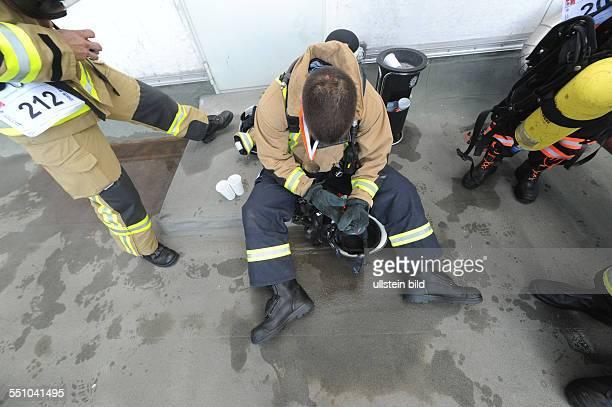 Erschöpfte Feuerwehrmänner nach dem 4 Berliner Firefighter Stairrun im Ziel auf dem Dach des Park InnHotels am Alexanderplatz in Berlin
