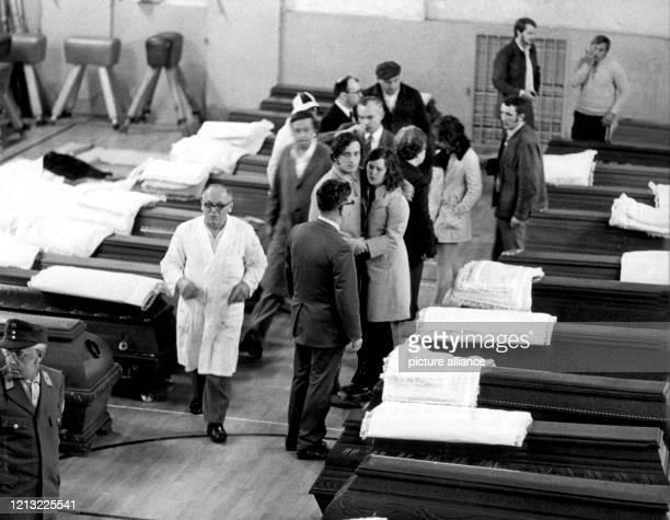 Erschüttert stehen Angehörige zwischen den in der Städtischen Turnhalle aufgebahrten Särgen Bei dem bisher schwersten Bahnunglück der Nachkriegszeit...
