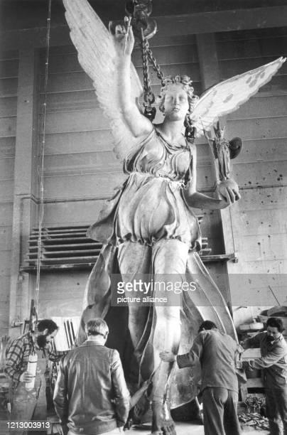 Erste Stehversuche machte am Donnerstag wieder der Münchner Friedensengel der Ende Juli 1981 nach fast zweijähriger Abwesenheit wieder auf seine 30...