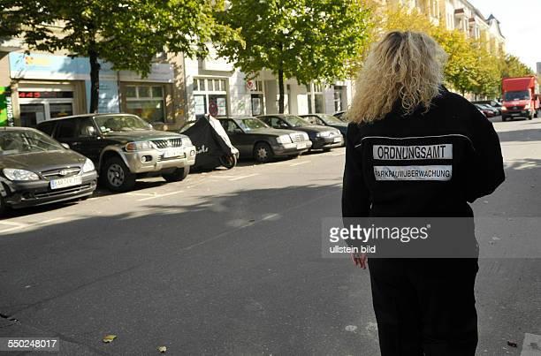 Erster Tag der Parkraumbewirtschaftung in Berlin-Prenzlauer Berg - Mitarbeiterin des Berliner Ordnungsamtes patroulliert auf der Stargarder Strasse
