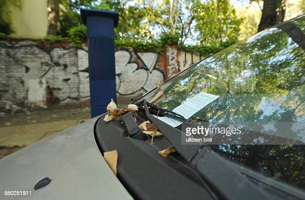 Erster Tag der Parkraumbewirtschaftung in Berlin-Prenzlauer Berg - erste Strafzettel an Fahrzeugen in der Lychener Straße