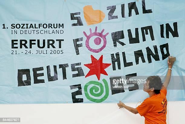 Erstes Sozialforum in Deutschland , Erfurt: Teilnehmer mit Plakat zum Ereignis.