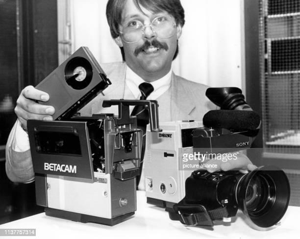 Erstmals wird auf der Photokina in Köln am in Deutschland das Betacam-System für elektronische Berichterstattung vorgestellt. Kamerateil und...