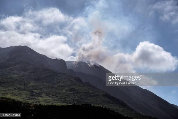 eruption from the vulcano on the aeolian island of stromboli - finn bjurvoll stockfoto's en -beelden