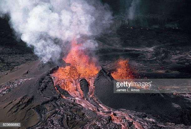 eruption of pu'u o volcano - pu'u o'o vent stock pictures, royalty-free photos & images