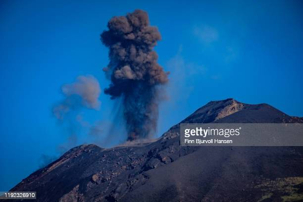 eruption on the vulcanic aeolian island of stromboli in italy - finn bjurvoll - fotografias e filmes do acervo