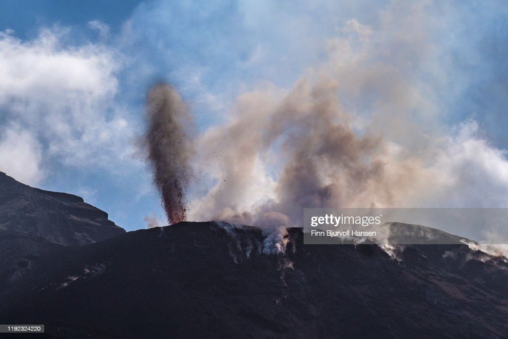 Eruption on the vulcanic aeolian island of stromboli : Stock Photo
