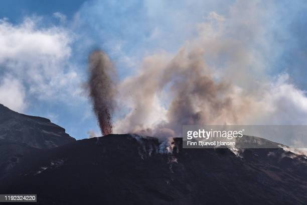 eruption on the vulcanic aeolian island of stromboli - finn bjurvoll - fotografias e filmes do acervo