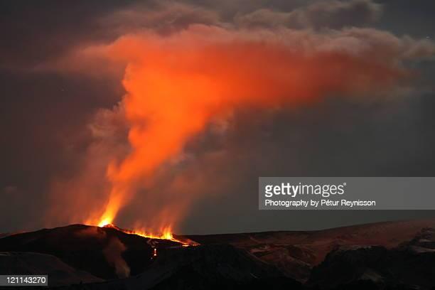 eruption - fimmvorduhals volcano stockfoto's en -beelden