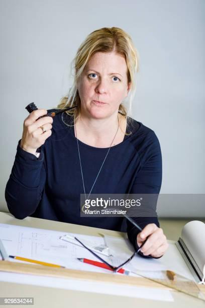 erwachsene frau arbeitet am schreibtisch - erwachsene person stock pictures, royalty-free photos & images