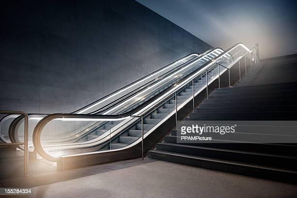 Escalera mecánica en el edificio
