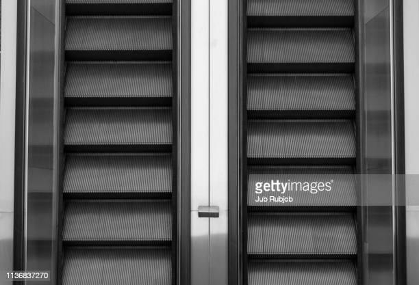 escalator top view symmetry - gekanteld stockfoto's en -beelden