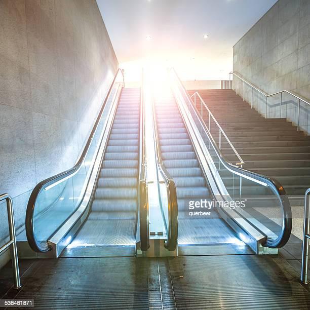 Escalera mecánica con la luz del sol