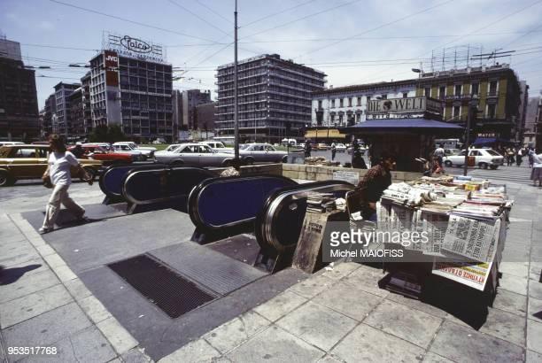 Escalators du métro sur la place Omonio en juin 1980 à Athènes Grèce