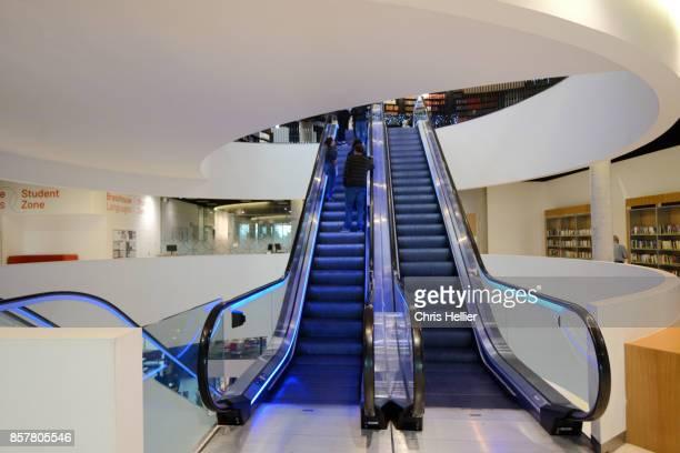 escalators inside the library of birmingham england - バーミンガム公共図書館 ストックフォトと画像