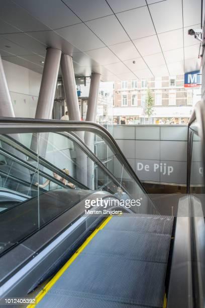 escalators of metro station albert cuypstraat amsterdam - merten snijders stockfoto's en -beelden