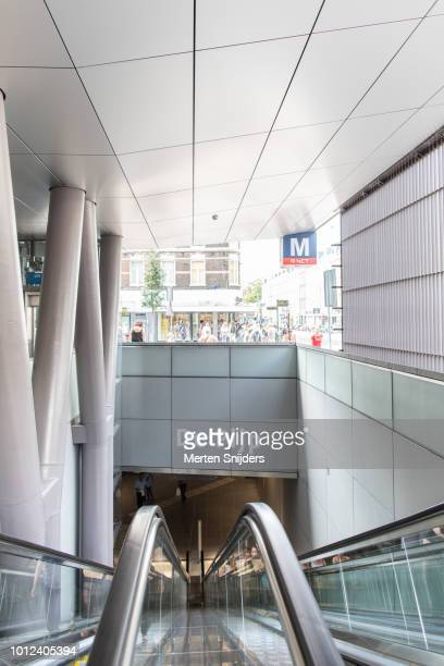 escalators of metro station albert cuypstraat amsterdam - merten snijders - fotografias e filmes do acervo