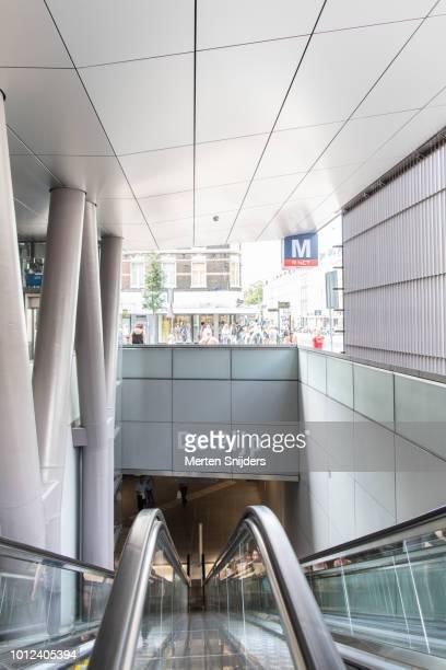 escalators of metro station albert cuypstraat amsterdam - merten snijders imagens e fotografias de stock