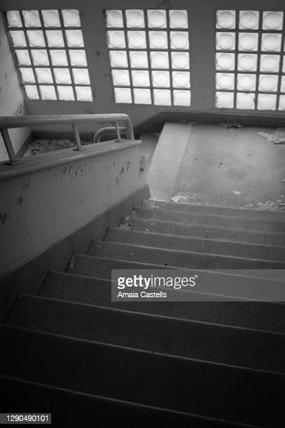 escaleras en edificio abandonado en blanco y negro - blanco y negro photos et images de collection