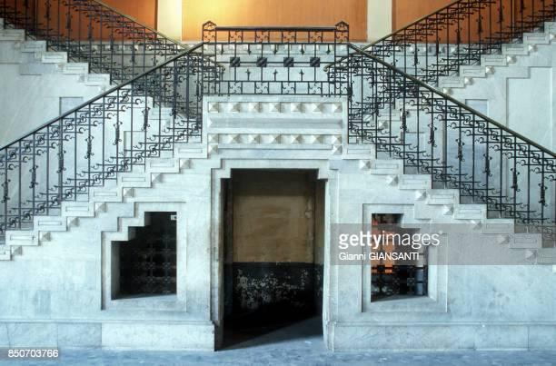L'escalier d'entrée d'un nouveau barrage du producteur d'énergie ENEL en Italie en février 1998