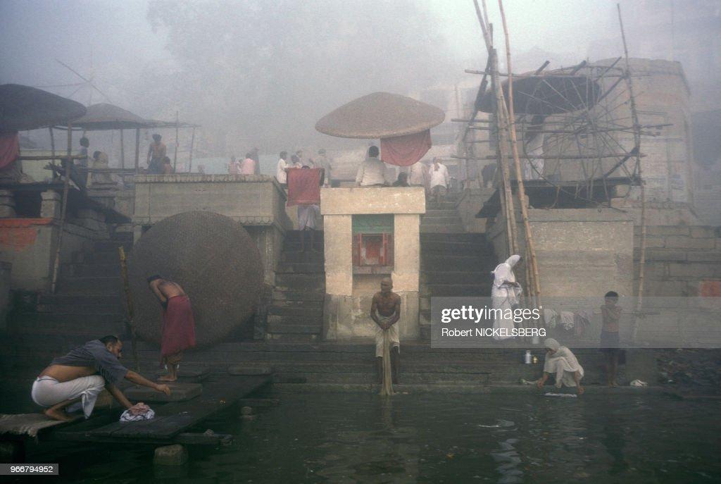Escalier sur les rives du fleuve Gange à Varanasi : News Photo