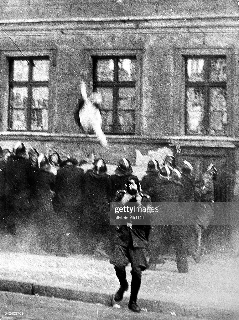 Escapes and escape attempts from East Germany Escape of a middle-aged woman who is jumping into the jumping sheet of the West Berlin fire brigade from a building at 'Bernauer Street' that is situated right on the borderline between the western and ea : News Photo