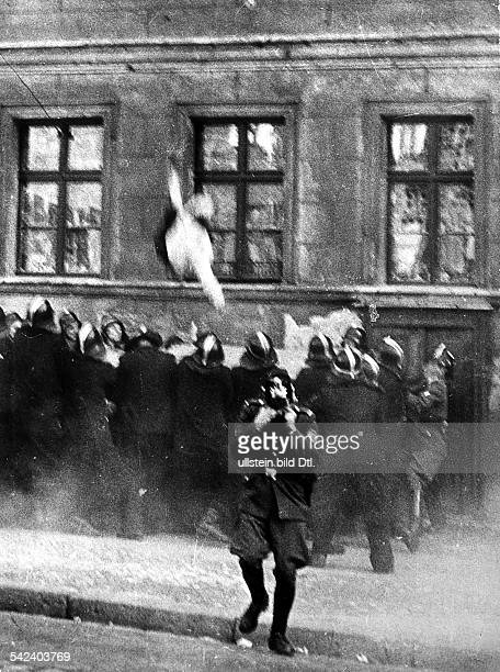 Escapes and escape attempts from East Germany Escape of a middleaged woman who is jumping into the jumping sheet of the West Berlin fire brigade from...