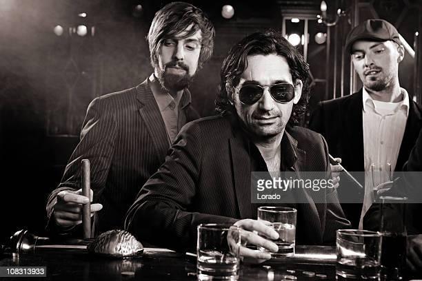 escapan en el bar tres mans - gangster fotografías e imágenes de stock