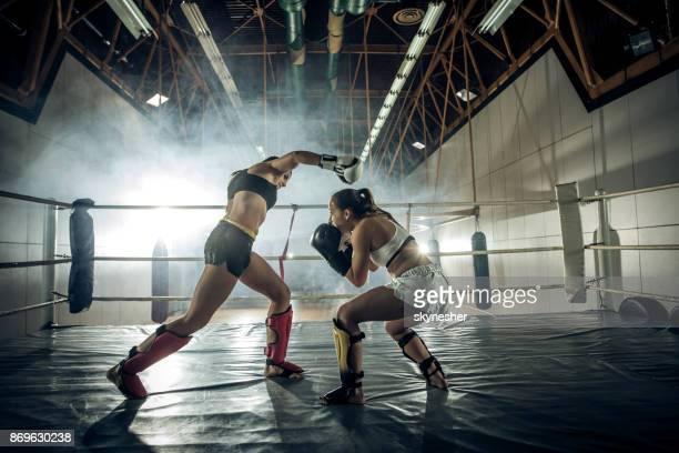 escape o soco durante jogo de kickboxing! - boxe feminino - fotografias e filmes do acervo