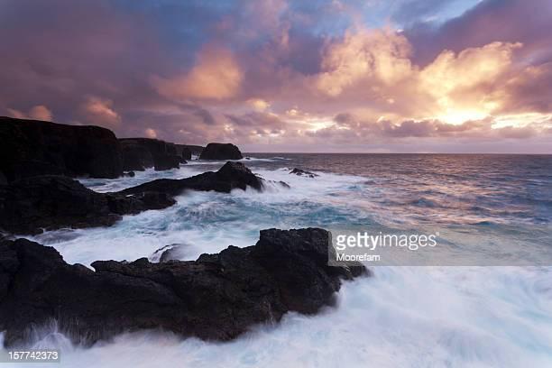 eshaness shetland al tramonto in condizioni di pioggia - isole shetland foto e immagini stock