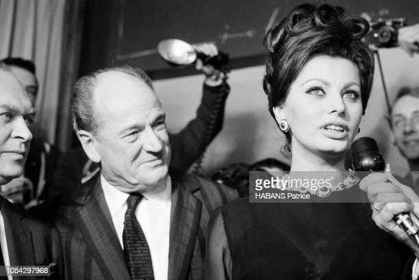 Espagne février 1963 Le tournage du film américain La chute de l'Empire romain d'Anthony MANN avec Sophia LOREN Ici répondant aux questions d'un...