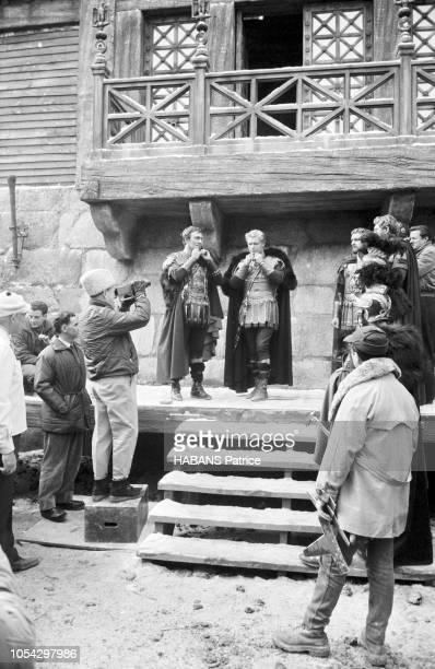 Espagne février 1963 Le tournage du film américain La chute de l'Empire romain d'Anthony Mann Ici le réalisateur Anthony MANN entouré de son équipe...