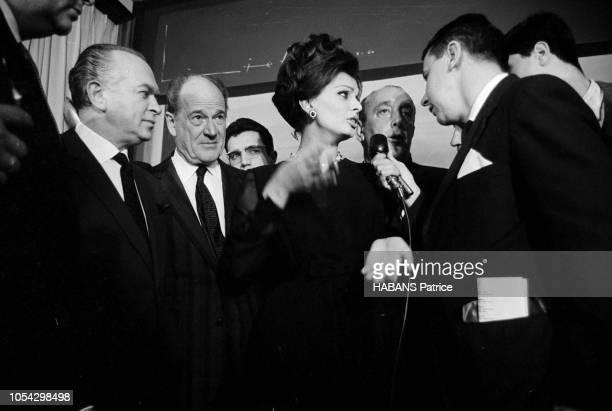 Espagne février 1963 Le tournage du film américain La chute de l'Empire romain d'Anthony MANN avec Sophia LOREN Ici l'actrice italienne répondant aux...