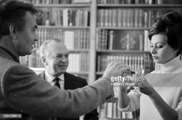 Espagne février 1963 Le tournage du film américain La chute de l'Empire romain d'Anthony Mann avec Sophia Loren Ici l'actrice italienne regardant un...