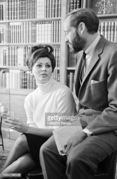 Espagne février 1963 Le tournage du film américain La chute de l'Empire romain d'Anthony Mann avec Sophia LOREN Ici l'actrice italienne assise dans...