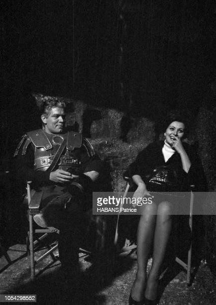 Espagne février 1963 Le tournage du film américain La chute de l'Empire romain d'Anthony Mann avec Sophia Loren Ici vêtus de leurs costumes l'acteur...