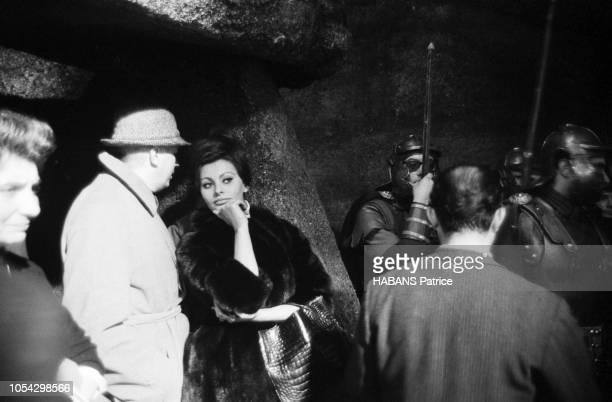 Espagne février 1963 Le tournage du film américain La chute de l'Empire romain d'Anthony Mann avec Sophia LOREN Ici l'actrice italienne en manteau de...
